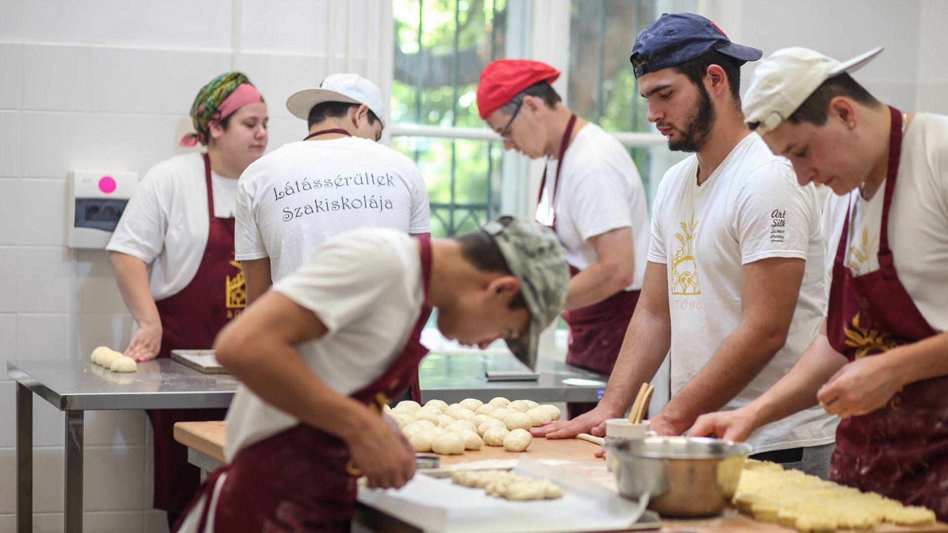 Érezd a tésztát! Látássérült péktanulók sütik a legjobb kiflit | nlc