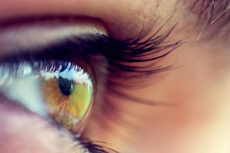 A látás életkorával kapcsolatos változásai. Az úszó köd, fekete pontok előfordulási folyamata