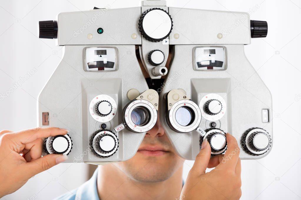 javíthatta-e a látását)
