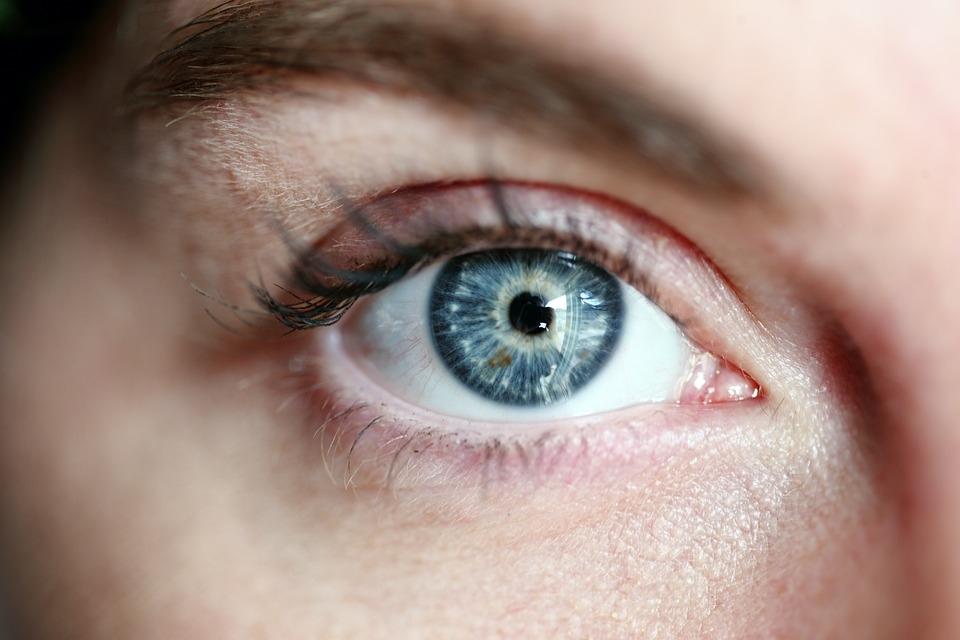 az életkorral összefüggő látásvesztéssel)