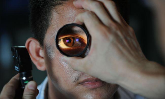 az egyik szem elvesztette a látását)
