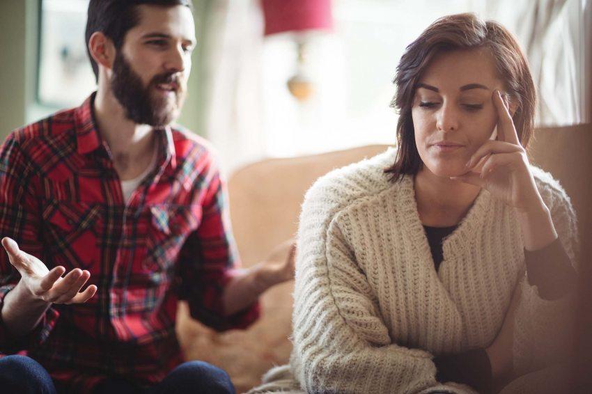 a férj folyamatos féltékenysége és gyanakvása